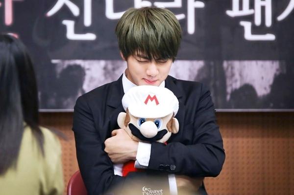 Hình ảnh hài hước về sở thích ôm gấu bông mọi lúc mọi nơi của Jin (BTS) - 3