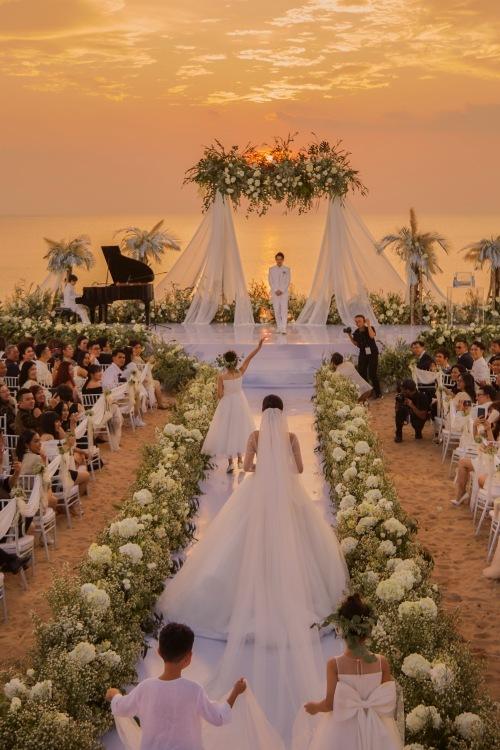 Hôn lễ diễn ra lãng mạn bên bờ biển,.