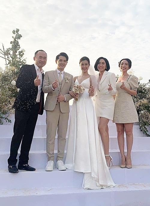 Những vị khách đầu tiên dự đám cưới.