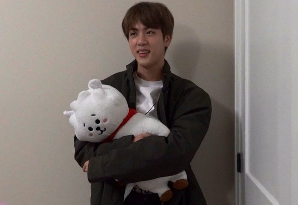 Hình ảnh hài hước về sở thích ôm gấu bông mọi lúc mọi nơi của Jin (BTS) - 6