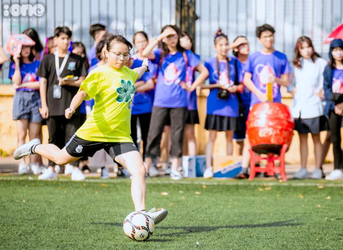 <p> Đây là dịp hiếm hoi các nữ sinh trường Chu Văn An có cơ hội thử sức với môn thể thao vua.</p>