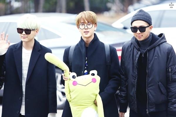 Hình ảnh hài hước về sở thích ôm gấu bông mọi lúc mọi nơi của Jin (BTS)