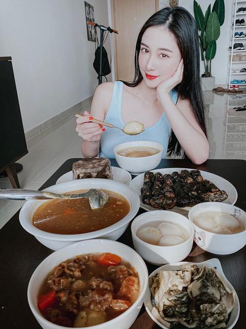 Jun Vũ thích thú khi được thưởng thức những món ăn chuẩn bị Bắc.
