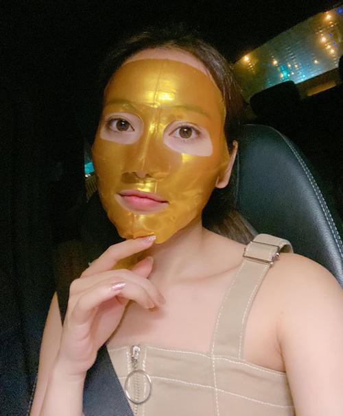 Duyên Sara đắp mặt nạ làm đẹp để có diện mạo hoàn hảo khi xuất hiện trong hôn lễ của cặp sao hot nhất Vbiz.