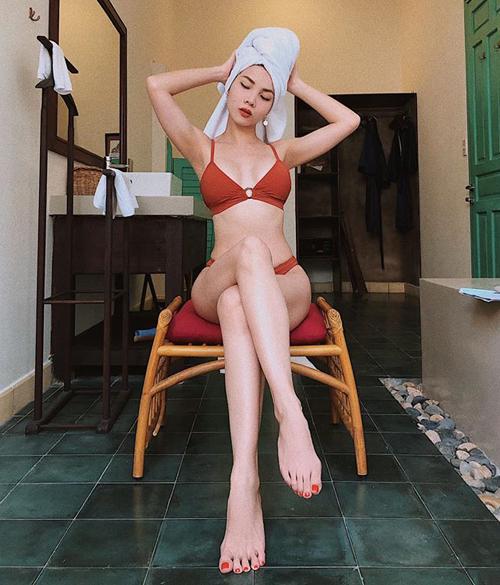 Yến Trang diện bikini khoe dáng đồng hồ cát.