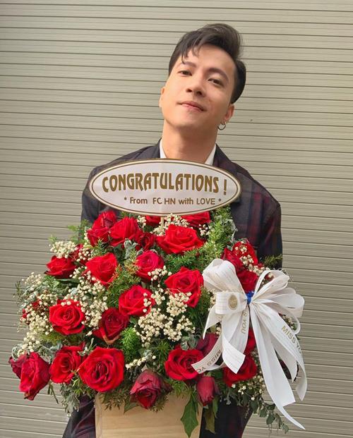 S.T nhận hoa fan tặng ăn mừng triệu view.