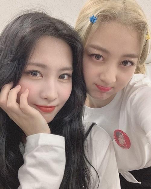 Momo - Ji Hyo mặt kề mặt đọ cute trong hậu trường.