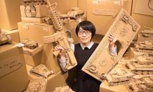 Nữ sinh Nhật làm mô hình vũ khí chiến đấu từ bìa các-tông