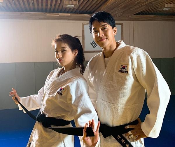 Suzy đăng ảnh luyện võ cùng Lee Seung Gi, nhắc fan đón xem Vagabond. Cặp sao được fan khen đẹp đôi.