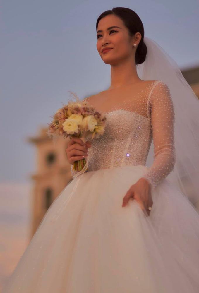 Nhà mốt 8X cho hay anh đã lấy ý tưởng từ những giọt sương trong trẻo, mong manh để tạo nên hai chiếc váy cưới cho cô dâu Đông Nhi lần này.
