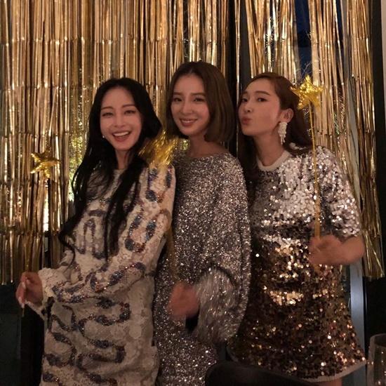 Han Ye Seul (trái) và Jessica (phải) đến mừng sinh nhật người mẫu Irene Kim với dress code lấp lánh.