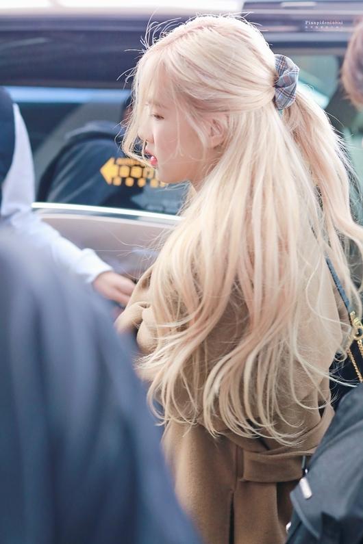Mái tóc dài nhuộm vàng rực buộc nhẹ nhàng của Rosé khiến người hâm mộ trầm trồ.