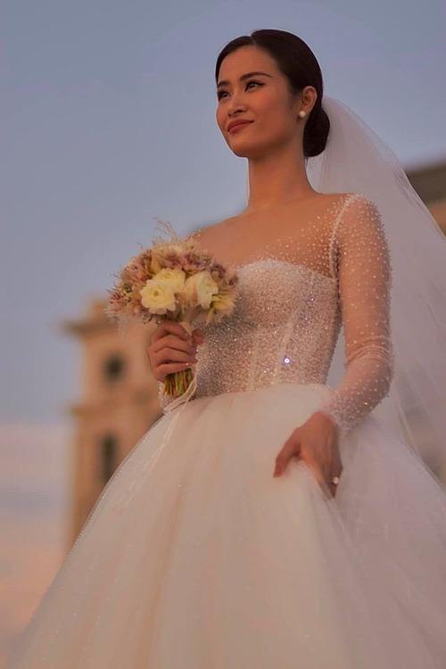 Đông Nhichọn 3 váy cưới trên tổng 10 thiết kế riêng để diện trong hôn lễ. Bộ váy chính do Chung Thanh Phong thực hiện. Anh đã lấy ý tưởng từ những giọt sương trong trẻo, mong manh để tạo nên hai chiếc váy cưới cho cô dâu. Chiếc váy khiến nhà thiết kế mất đến 3tháng để hoàn thiện.Váy sử dụng chất liệu ngoại nhập cao cấp, phần khăn voan siêu mỏng dài đến 5 m, tạo cảm giác thướt tha và uyển chuyển cho cô dâu khi bước đi.