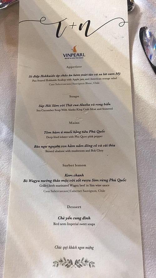 Đông Nhi - Ông Cao Thắng mời khách nhiều sơn hào hải vị như tôm hùm, bào ngư, bò Wagye, hảo sâm. Các món ăn được trang trí sáng tạo, nhiều màu sắc. Hai nguyên liệu đặc biệt, chỉ có ở Phú Quốc là muối hồng tiêu và rượu sim rừng được cặp đôi cho vào thực đơn.