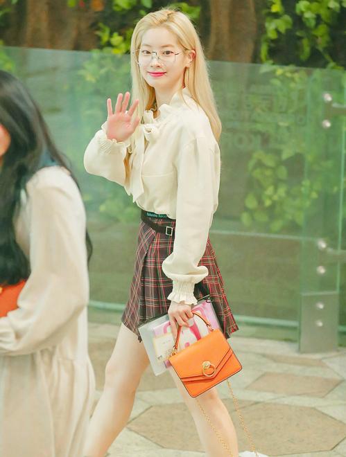 Cách mix quen thuộc chân váy skirt cùng sơmi giúp sao nhà JYP đầy tươi trẻ, ngọt ngào.