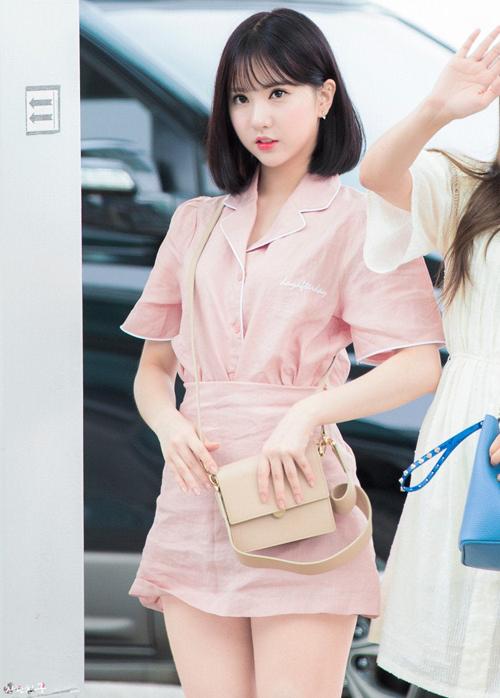 Eunha không chỉ có nhan sắc như em bé mà còn có gu thời trang đáng yêu, set áo váy hồng khiến cô nàng ngọt ngào như kẹo bông gòn.