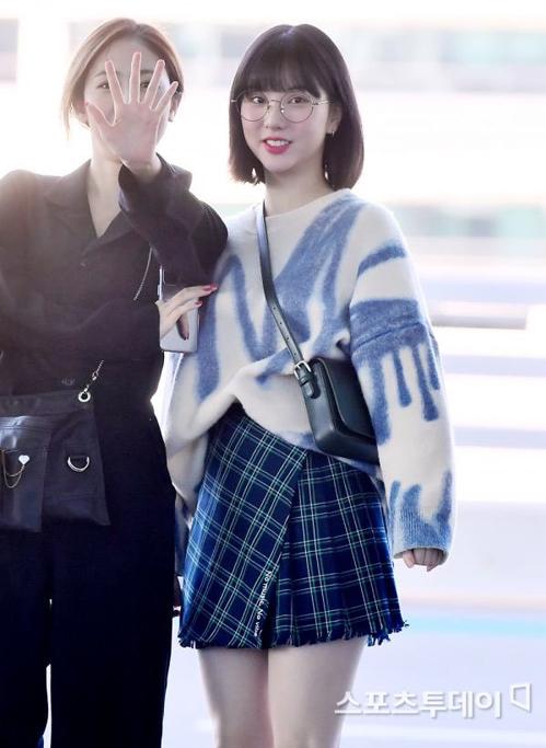 Chân váy ngắn luôn là item số một của Eunha, cô nàng mix với áo len có họa tiết cùng màu tạo tổng thể hài hòa.