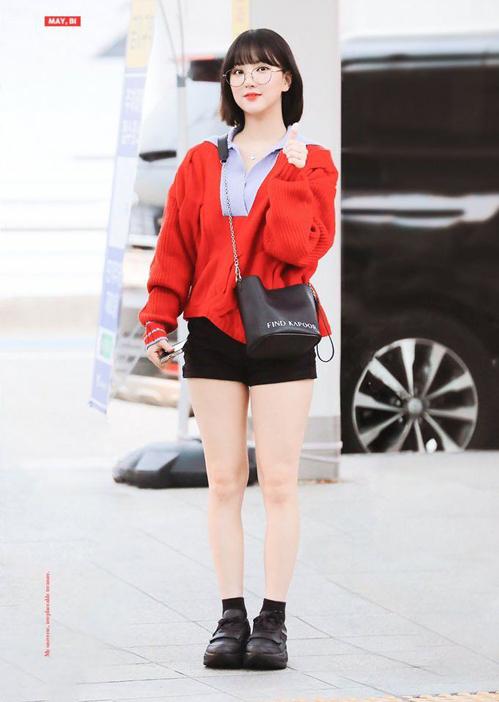 Cô nàng cùng ưu tiên những item có màu sắc tươi sáng làm điểm nhấn, outfit trên đông dưới hè của Eunha nổi bật với áo len đỏ cùng quần short, túi và sneaker đen.