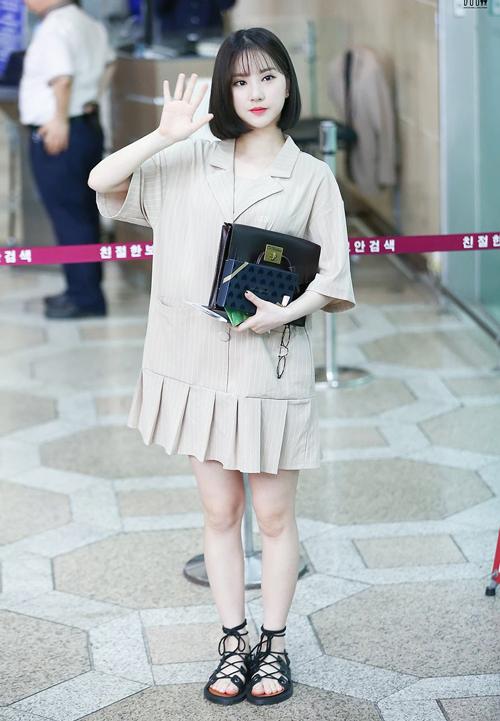Ngay cả với váy Eunha cũng lựa chọn những mẫu váy rộng vừa che được khuyết điểm vừa giúp cô nàng nâng tầm đáng yêu của mình.