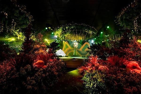 Không gian cưới sang trọngToàn bộ tầng 3 của trung tâm tiệc cưới được bao trọn để chuẩn bị cho hôn lễ của Cường Đô La - Đàm Thu Trang. Cô dâu - chú rể dành nhiều ngày để theo sát nhân viên, đội kỹ thuật, đảm bảo tiến độ và sự chỉn chu. Rất nhiều cây xanh và hoa cộng với đèn chùm, đèn dây được sử dụng tạo nên vẻ lung linh, hoành tráng. Lễ thành hôn được bày trí như một bữa tiệc ánh sáng. Nhà hàng cũng sắp lối đi riêng cho cô dâu, chú rể.