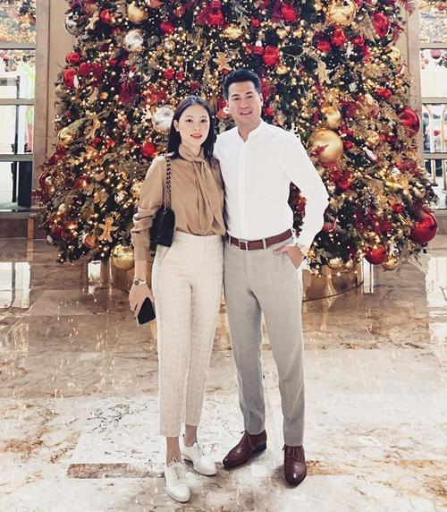 Linh Rin được khen đẹp đôi bên bạn trai Phillip Nguyễn. Cô tâm sự cả hai đang rất mong chờ đến Noel.