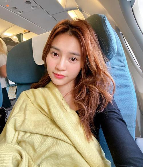 Lan Ngọc phờ phạc trên chuyến bay vì lịch làm việc dày đặc.