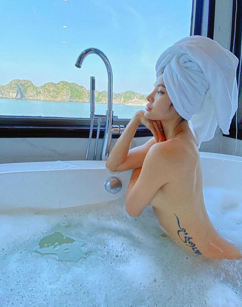 Phương Trinh Jolie khoe ảnh tắm bồn táo bạo, để lộ hình xăm sexy bên sườn.