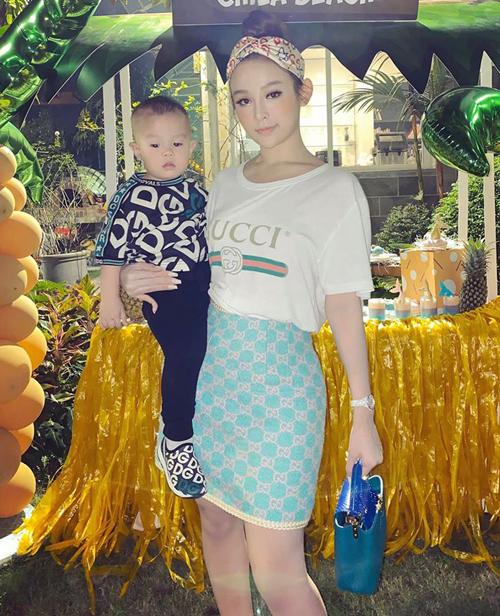 Hai mẹ con Huyền Baby diện hàng hiệu từ đầu đến chân ra phố.