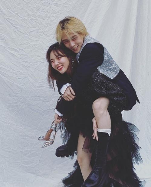 Hyuna cõng bạn trai Dawn chụp hình. Cặp đôi rạng ngời hạnh phúc khiến các fan cũng phải ghen tỵ.