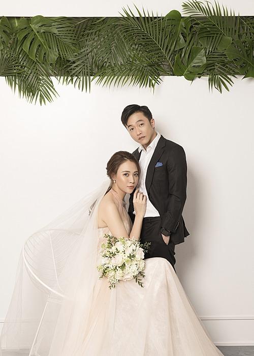 Ảnh cưới được đầu tưCường Đô La - Đàm Thu Trang có hai bộ hình cưới, một bộ theo phong cách truyền thần, bộ còn lại chụp ngoại cảnh. Trong từng bộ hình, cô dâu - chú rể đầu tư nhiều set trang phục khác nhau.