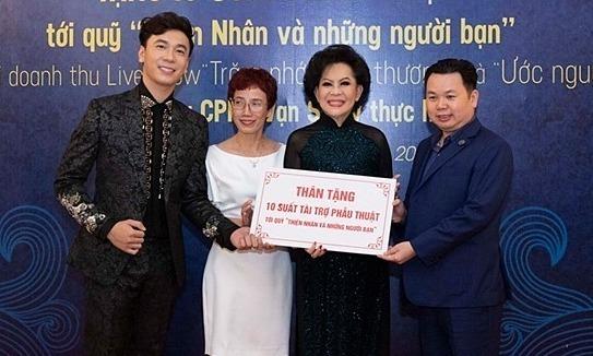 Lê Việt Anh trao quà cho quỹ Thiện Nhân