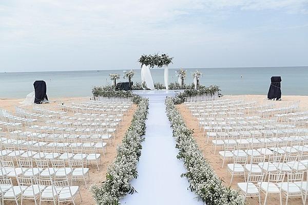 Đông Nhi từng tâm sự, cô muốn tổ chức lễ cưới tại biển. Bởi khi đó, mọi người có thể cùng chia sẻ cảm xúc mà không bị chi phối bởi thời gian. Ông Cao Thắng là người biến những mong ước đó trở thành sự thật. Hôn lễ của cặp đôi diễn ra ở khu vực bãi biển trong một khu resort nổi tiếng tại Phú Quốc lúc 17h30, chiều 9/11. Theo nguồn tin thân cận với iOne, có khoảng 120 nhân sự được bố trí để phục vụ cho việc trang trí tiệc cưới, vận chuyển thiết bị. Trong đó, 6 xe tải loại 10 tấn chuyên dụng được điều đến chở các thiết bị âm thanh ánh sáng và hơn 2 tấn hoa nhập ngoại.Trước đó, Đông Nhi mất sáu tháng tự tay lựa chọn concept cưới, hoa tươi, loại ghế, lụa cuốn. Hoa tươi được lựa chọn cẩn thận để đảm bảo không héo, rũ dưới thời tiết nắng nóng tại Phú Quốc. Bãi biển với diện tích hơn 8.000 m2 được trang hoàng chỉn chu để hôn lễ diễn ra đúng thời điểm hoàng hôn đẹp nhất tại Phú Quốc.