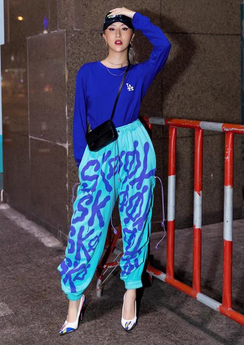 Quỳnh Anh Shyn diện style thể thao nhưng vẫn nhấn nhá chút nữ tính bằng đôi giày cao gót tông xuyệt tông cùng cả bộ trang phục.