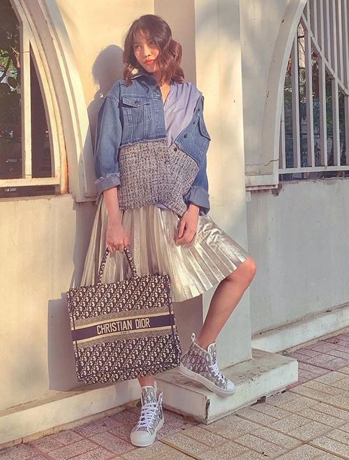 Lan Khuê gần đến ngày lâm bồn vẫn chuộng phong cách khỏe khoắn như teen girl. Cô diện áo khoác denim, chân váy xòe, sneakers và túi xách đều là hàng hiệu.