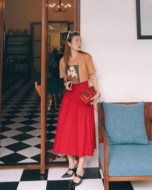 Áo thun đơn giản sang chảnh hơn hẳn khi Yến Nhi kết hợp cùng chân váy midi và túi xách Chanel.