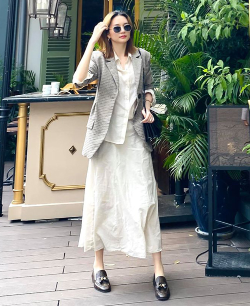 Blazer được Thiều Bảo Trang kết hợp sáng tạo cùng sơ mi và chân váy thô thoải mái.