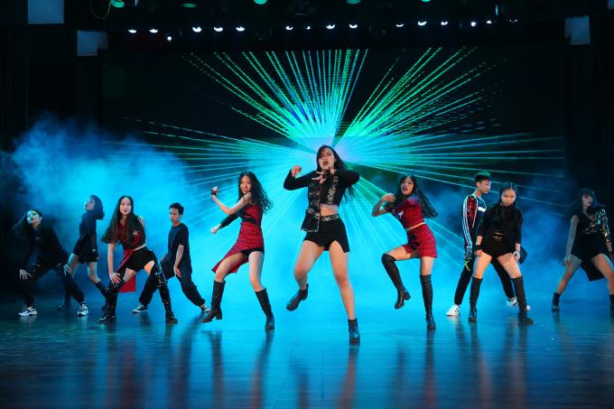 <p> Những nữ dancer trổ tài phối áo vạt bất đối xứng kín đáo, khoẻ khắn trình diễn. Leader nhóm chia sẻ, để tạo hiệu ứng trên sân khấu mỗi thành viên tự sáng tạo gắn, đính kết phụ kiện và hạt cườm lên trang phục của mình.</p>