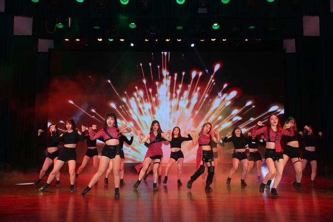 <p> Các cô gái của Học viện Ngân hàng chọn trang phục đen hồng thể hiện vũ đạo kết hợp hai bài hát Solo và Kill this love của nhóm BlackPink.Nhóm BAAT trình diễn hòa hợp kỹ năng nhảy đường phố với kỹ thuật chuyển động khụy, giật đầu gối và cả những động tác giật theo từng nhịp nhạc.</p>