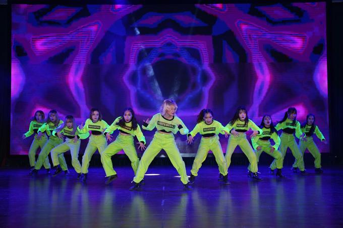 <p> Nhóm The Heat đến từ Đại học Thăng Long, khoe vũ đạo điêu luyện, đồng phục theo trend màu neon bắt sáng sân khấu.</p>
