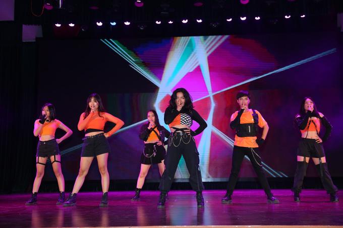 <p> Hầu hết các nhóm nhảy đều chọn quần, chân váy đen mix với áo màu sắc. Nhóm Ziz chọn áo tông cam nhưng mỗi cô gái thể hiện cá tính riêng với phụ kiện dây xích, găng tay hầm hố.</p>