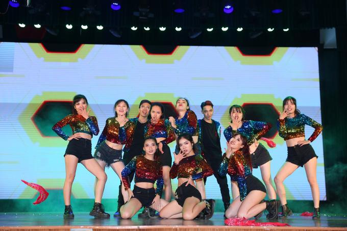 <p> Dàn vũ công từ nhóm nhảy của trường Đại học Công Đoàn thổi bừng sân khấu Kpop Dance For Youth bằng trang phục bảy sắc cầu vồng.</p>