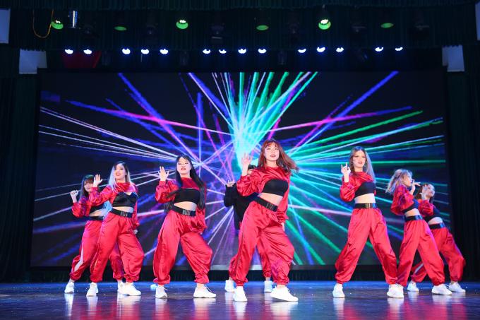 <p> Những cô gái xinh đẹp nhóm Step của Đại học Mỏ địa chất tập trung vào vũ đạo truyền tải được tricep pops (những pha giật giật tay) trên từng nhịp nhạc.</p>