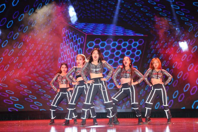 """<p> Step Crew của Đại học Hà Nội trình diễn thời trang như những dancer chuyên nghiệp. Lấy cảm hứng từ bộ phim """"Step up 3"""" trang phục tông đen ghi của nhóm nhảy có chất liệu sequin và viền bắt sáng. Kiểu trang phục này giúp dancer thêm nổi bật dưới ánh đèn.</p>"""