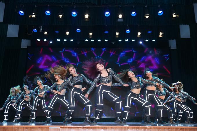 """<p> Đội Fiancee của Đại học Hà Nội chuyên nghiệp từ chọn trang phục, áp đảo mọi ánh nhìn với concept mang đậm sức hút và mạnh mẽ của riêng mình trong bộ đồng phục crop top cổ V ánh kim bạc, quần jogger đen, đính viền bắt sáng tạo hiệu ứng phản quang khi sân khấu chìm vào bóng tối. Trên giai điệu ca khúc """"ICY"""" nhóm nhảy khoe vũ đạo tràn năng lượng, hấp dẫn tạo ấn tượng giúp nhóm nhạc vào top 10 đội xuất sắc của đêm thi đấu.</p>"""
