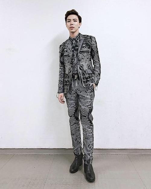Giày gót cao không chỉ giúp Erik ăn gian chiều cao mà còn khiến vẻ ngoài của anh trở nên cá tính, bắt mắt hơn.