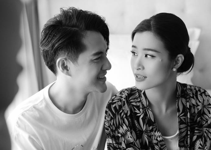 Đông Nhi - Ông Cao Thắng tung loạt ảnh cùng nhìn nhau già nua sau khi chính thức trở thành vợ chồng