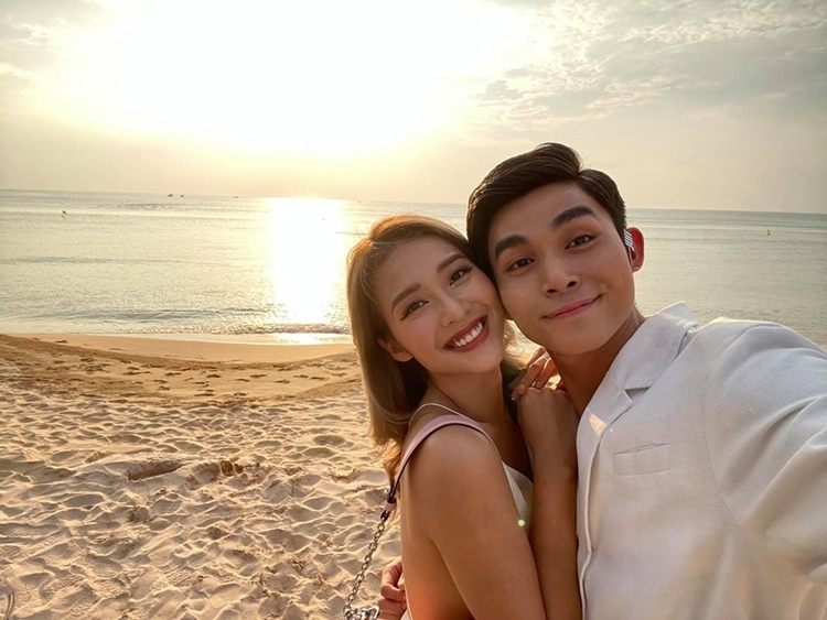 Jun Phạm pose hình lãng mạn cùng Khả Ngân trên bãi
