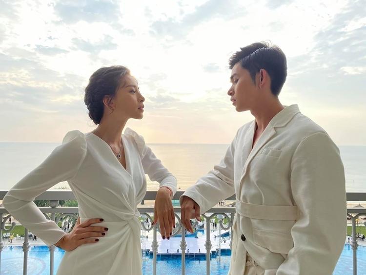 Chị em Ngô Thanh Vân - Jun Phạm pose hình so deep bao nhiêu thì