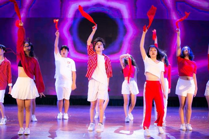 """<p> Nhóm Việt Đức' Glory thể hiện trang phục trắng đỏ, khoe vũ đạo nhịp nhàng, uyển chuyển với ca khúc """"Laive en Rose"""" của Iz One. Tuy đem tơi buổi biểu diễn khá nhiều thành viên nhưng nhóm nhảy của trường Việt Đức thể hiện những bước di chuyển chuyên nghiệp, phối hợp ăn ý, tươi vui và sôi nổi.</p>"""