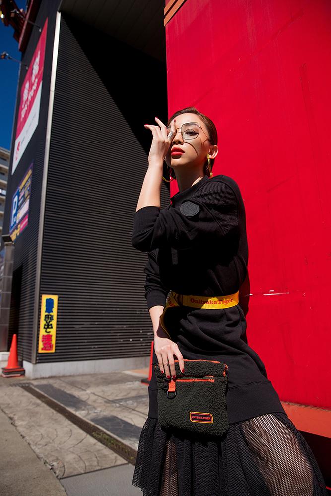 <p> Tóc Tiên tự tin diện chiếc đầm đen với điểm nhấn là phần ren ở đuôi. Cô khéo léo, nâng tầm trang phục bằng chiếc thắt lưng màu sắc và chiếc túi cùng tông.</p>